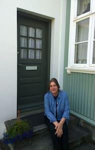 Lovely garden apartment in old city center. - Reykjavík - Haus