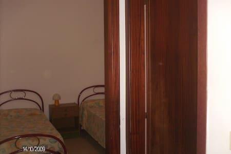 camera doppia , posto auto custodito. - Appartement