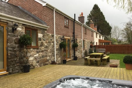 Luxury Barn with Hot Tub - Pen-y-ffordd - Hus