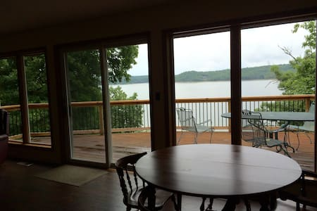 Perfect lake house with direct water access - House