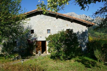 Caserio Larra, adosado al parque natural Urkiola - Mañaria