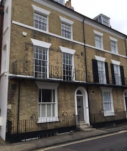 Georgian townhouse, bedroom with ensuite bathroom - Chichester - Townhouse