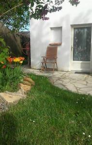 Studio meublé en banlieue Ouest de Paris. - House