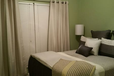 Convenient Haven of Modern Comfort near Downtown - Caseyville - Casa