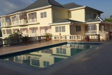 B & M executive mansion - Casa