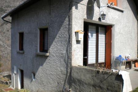petite maison à la montagne - Entraigues - House