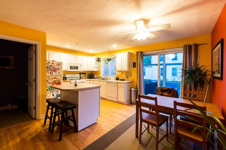 Colorful and Bright Condo Close to Downtown - Ortak mülk