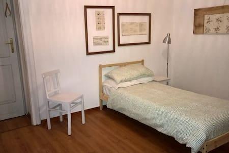 Camera singola con bagno in comune - Trieste - Bed & Breakfast