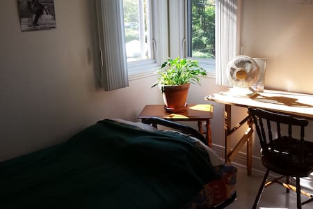 Bright bedroom in cozy appartment next to subway - Montréal - Lägenhet