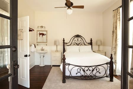 Inn at the Springs / Wisteria Room #2 - Siloam Springs - Bed & Breakfast