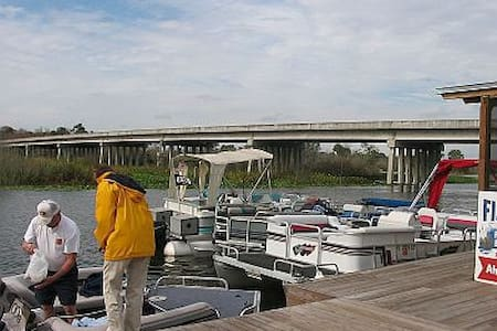 Riverfront Fishing Cabin - Umatilla - Cabaña