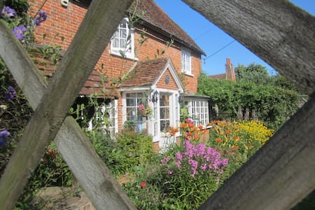 17th/18th Century Grade II Listed Cottage - Bed & Breakfast