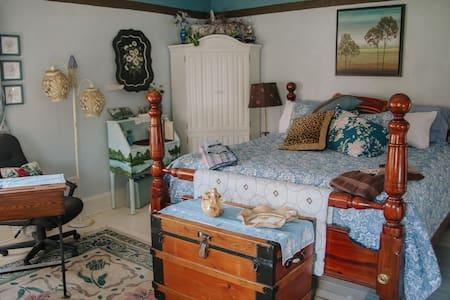 Artist Junction Bed and Breakfast King Room - Greenville