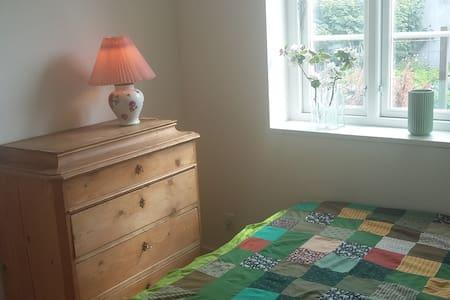 Lyst værelse med egen indgang og udgang til have - Huis