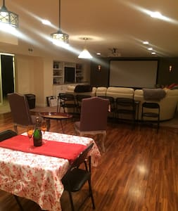 Southside home with private rooms and basement - Indianapolis - Bed & Breakfast