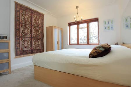 Large Room with Super King Bed - Southend-on-Sea - Hus