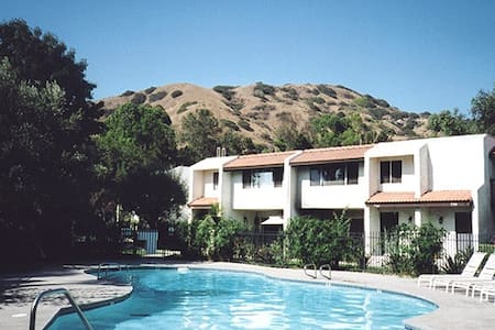 Best area in Burbank. Luxury Complex Townhouse. Master Suite w/PRIVATE Bathroom. 24/7 Security Officer/Cameras.  FREE access to: 6 Tennis Courts, 7 Pools,4 Jacuzzis,2 Saunas,Basketball & Volleyball courts,Playgrounds,Park,Hiking. Deers roam freely