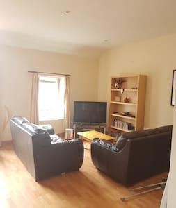 City Centre Apartment: Private Bedroom & Parking - Apartment