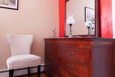 LARGE RED AND WHITE COOL OASIS ROOM. 7 MIN FR JFK - Maison