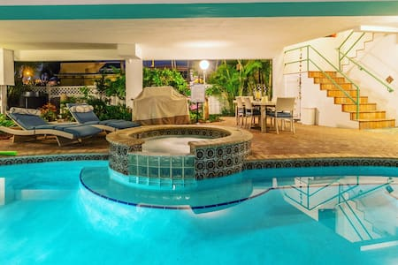 Two Bedroom steps to beach Pool and hot tub! - Lakás