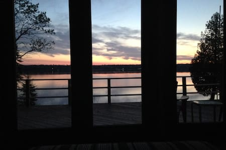 Renovated camp on Cross Lake with panoramic views. - Alpehytte