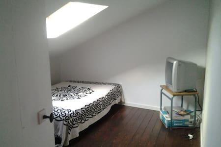 3 chambres dans une maison de bourg - House
