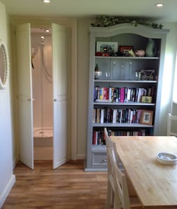 The Studio, New Road, with private parking. - House