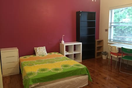 Leafy outlook and nice bedroom in Beecroft - Beecroft - Dom