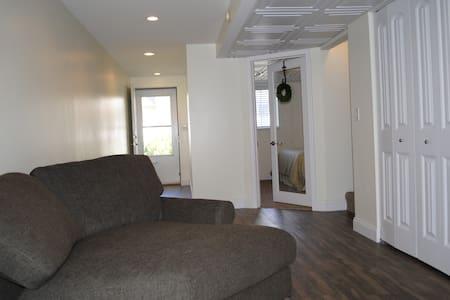 New private bedroom suite/living room - Washington - Casa