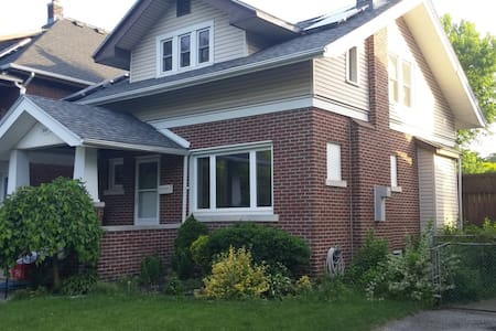 Master-Bedroom in House Just Steps from Riverfront - Windsor - House