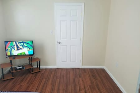 Cozy 1BR w/Bathr & parking included - Ház