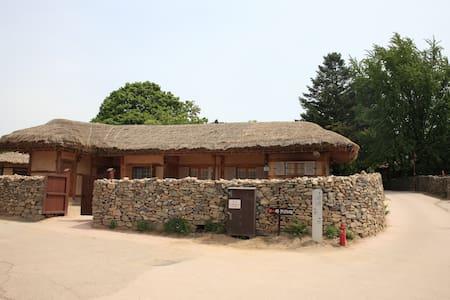 덕현네, 외암민속마을의 옛문화 체험이 가능한 독채 민박 - Songak-myeon, Asan-si