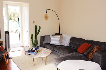 Mid-City Treehouse-style One Bedroom Apartment - Los Angeles - Apartment