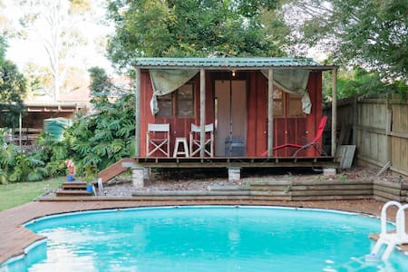 Cabin overlooking swimming pool - Ev