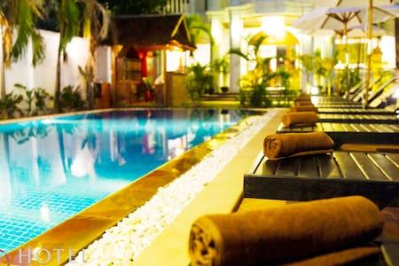 Deluxe Twin Room (Pub Street): S Hotel - Krong Siem Reap - Bed & Breakfast
