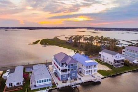 7 Bedroom Waterfront Bay Home, Breathtaking Views - Ház