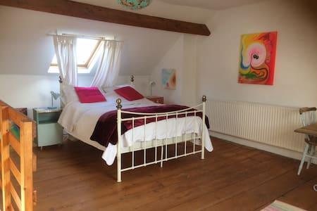 Spacious room in quaint village of Appledore - Rumah