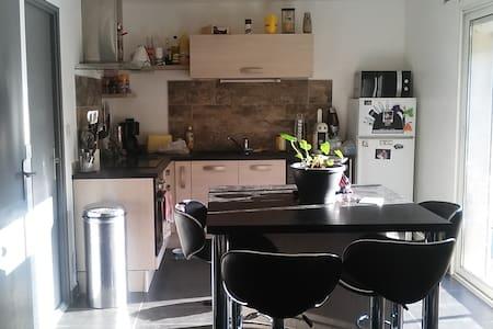 chambre dans maison avec jardin - Rumah