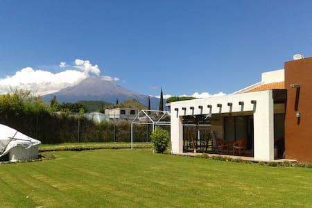 Preciosa casa c/jardín, terraza y vista al volcán. - House