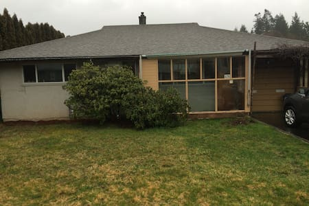 Cute, bright bungalow in Comox, BC - Comox - Rumah