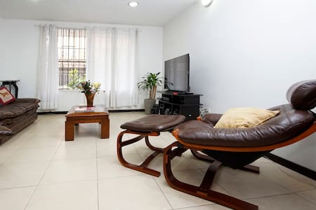Cuarto moderno B&B  beautiful home - Cali - Bed & Breakfast