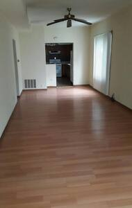 2 bedroom apt with 2 car garage - Wohnung