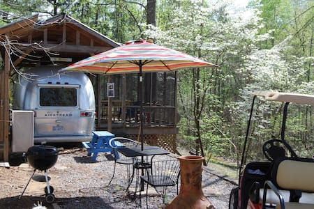 ToNoMo, vintage Airstream Trailer - Crane Hill - Bed & Breakfast