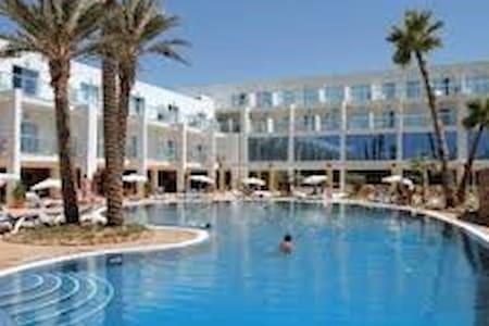 zona residencial con piscina y cerca de la playa - Apartamento