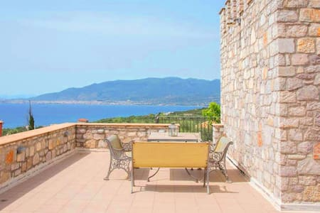 Stone tower / breathtaking view / near the beach - Mikri Mantineia - Townhouse