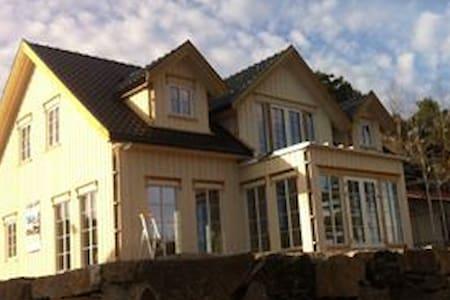 Nytt hus som ligger litt utenfor Arendal. - Arendal - House