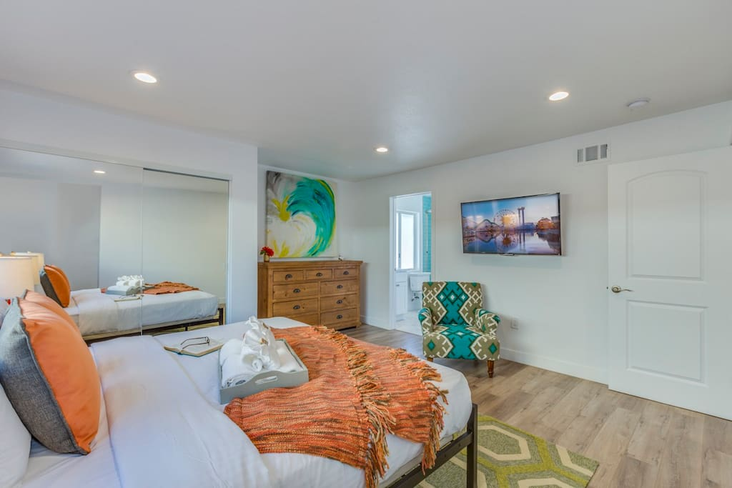 Bedroom 1: master with king mattress with connecting bathroom