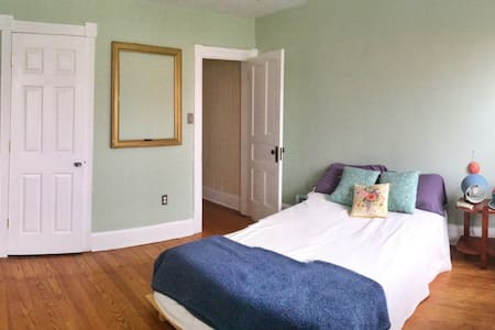 Sunny Downtown Nook - Frederick - House
