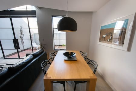 Newly decorated central townhouse - free WIFI - West Leederville - Reihenhaus
