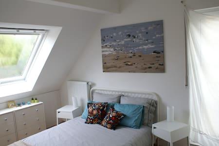 bright, quiet attic room - Aix-la-Chapelle - Maison